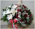красные розы с хризантемами в большой корзине