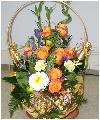 Подарочная корзина цветов с шампанским и конфетами