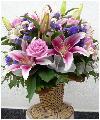 Праздничная корзина в розовых и лиловых тонах