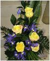композиция из желтых роз и ирисов